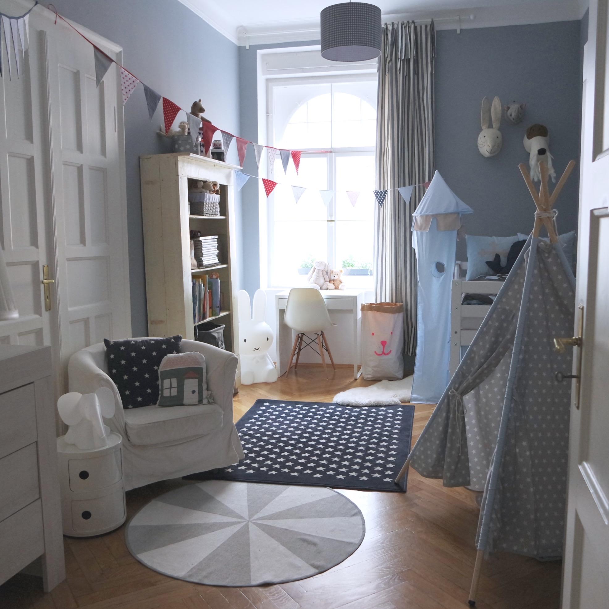 interior erste einblicke ins kinderzimmer lieblingsst cke schreibtisch ohne schule und eine. Black Bedroom Furniture Sets. Home Design Ideas