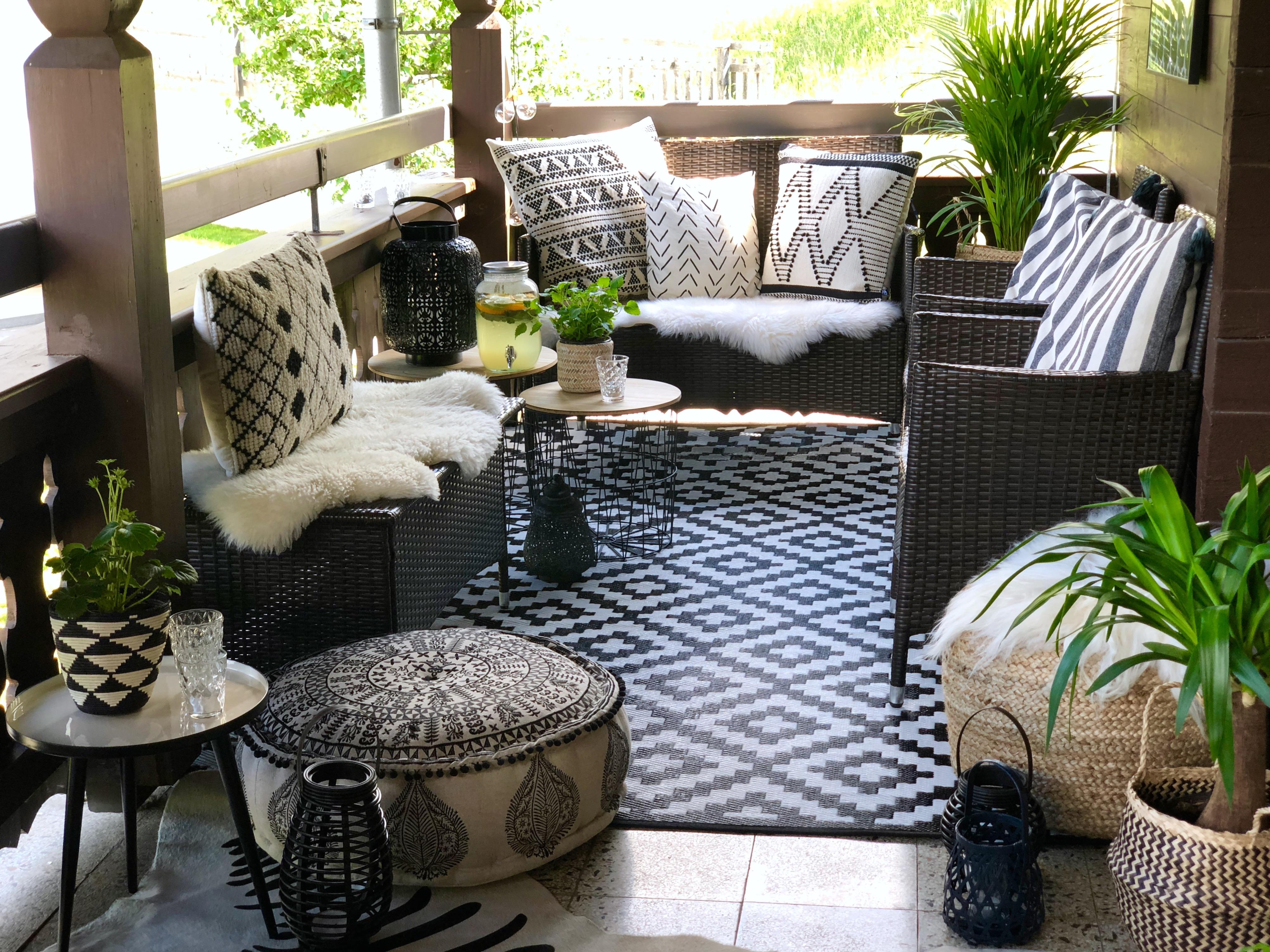 ... Auf Eurem Balkon Oder Eine Große Terrasse. Mit Einem Outdoor Teppich,  Ein Paar Kissen Und Fellen, Stimmungsvollen Lichtern Und Einem Gemütlichen  Pouf, ...